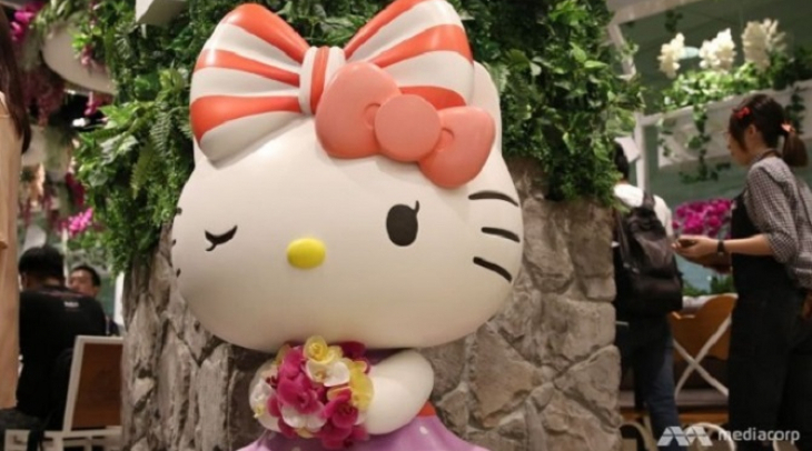 Maskot Hello Kitty di kafe 24 jam di Bandara Changi (Foto: Channel News Asia)