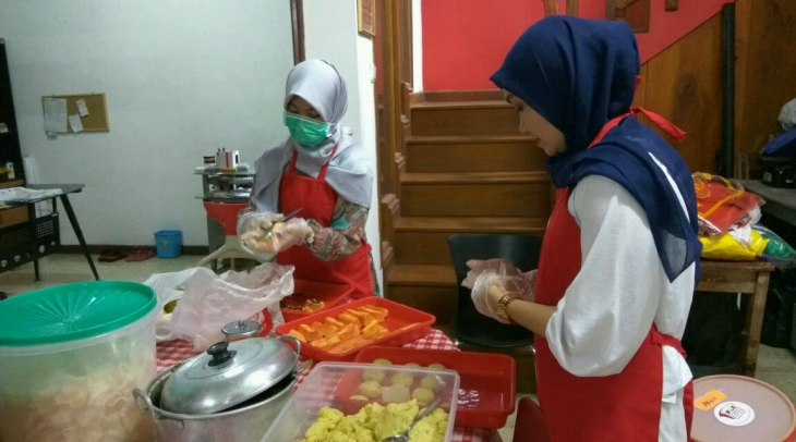 Preparing meals in the Foodbank of Indonesia kitchen, South Jakarta. (Photo: KBR)