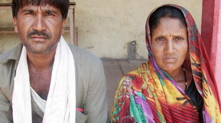 Indian farmer Lal Singh and his wife Manibai sold their two sons to get money. (Photo: Shuriah Niazi