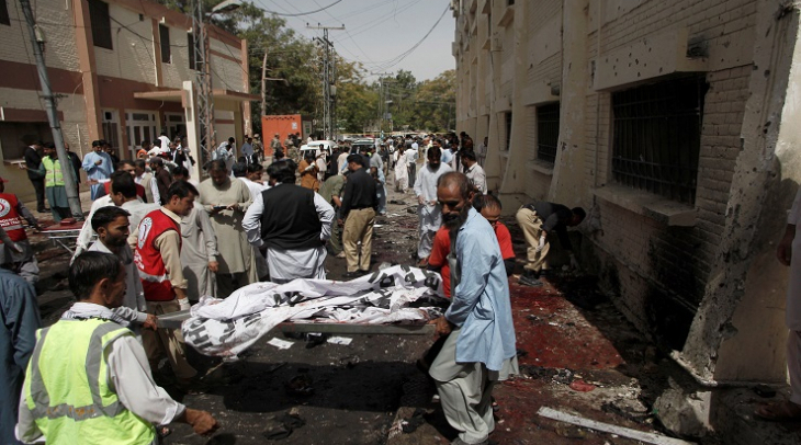 Moving bodies after a bomb exploded outside a hospital in Quetta, Pakistan 8 August 2016 (Photo: Ant