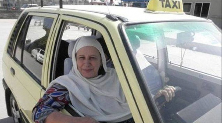 Zahida Kazmi, the first female taxi driver in Pakistan. (Photo: Facebook)