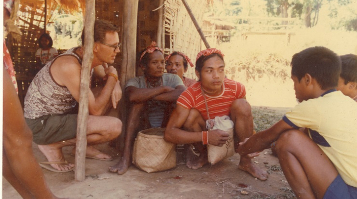Postma interacting with Hanunuo Mangyans (Photo: Mangyan Heritage Center)