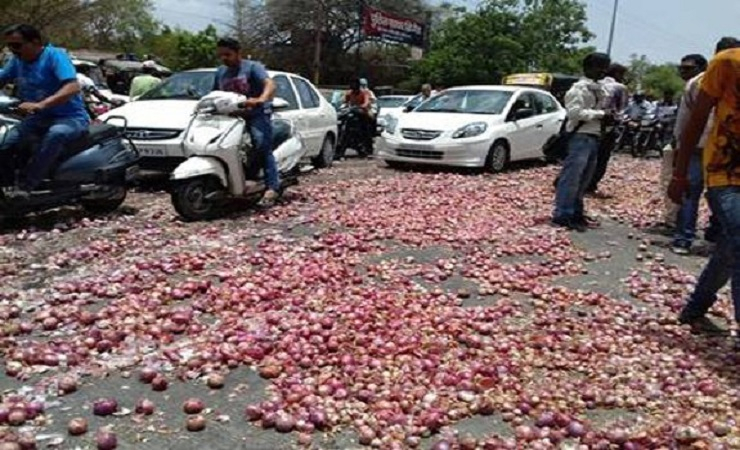 Almost 5000 kilograms of onions have been tossed along the roadsides of Madhya Pradesh (Photo: Shuri