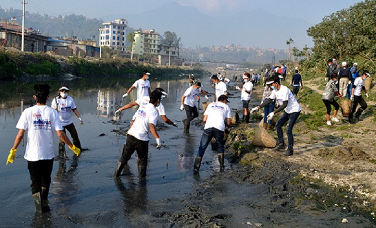 Volunteers participate in the Clean Bagmati Campaign. (Photo: www.ekantipur.com)