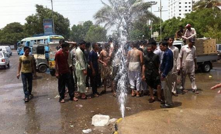 People on Pakistan streets trying to beat the heat. (Photo: Naeem Sahoutara)
