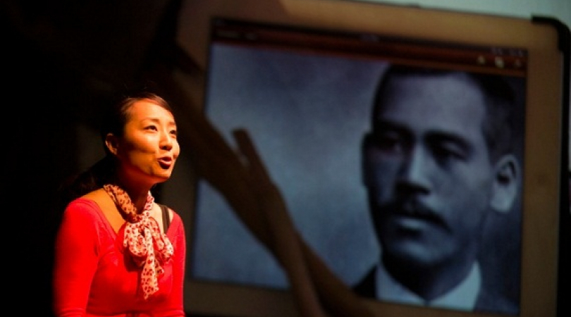Actor Arisa Yura on stage in front of a photograph of Murakami. (Photo: Miho Watanabe)