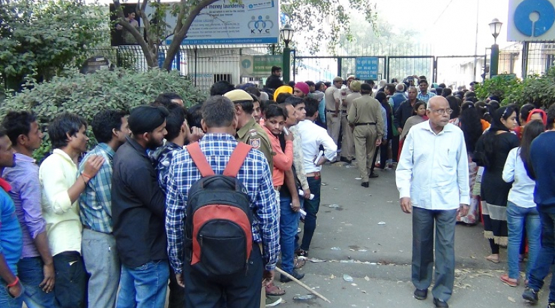 India queues up for cash (Photo: Bismillah Geelani)