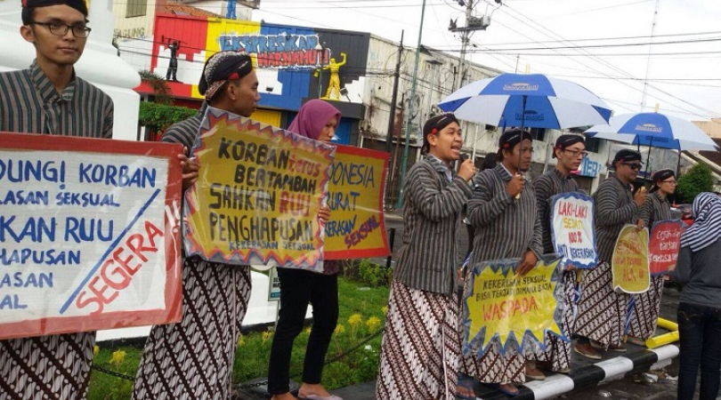 Nur Hasyim gives an oration speech in street protest (center) (Photo: Allansi Laki-laki Baru)