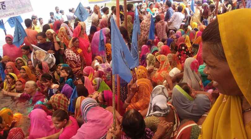 Villagers protest against Sardar Sarovar Dam (Photo: Shuriah Niazi)
