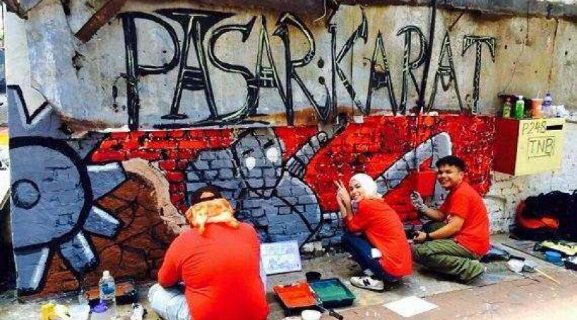 A group of 30 art students are painting murals on Pasar Karat street. (Photo: Jan Zygmuntowski)