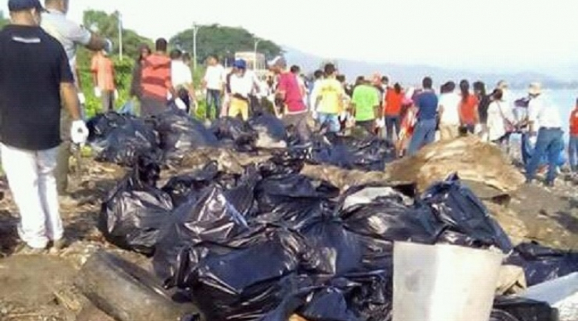 Movimentu Tasi Mos team pick up every piece of rubbish they see in the beach (Photo: Teodosia dos Re